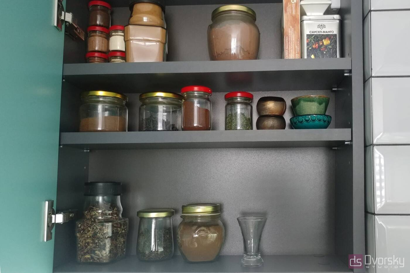 Угловые кухни Кухня с фасадами цвета Тифани - Фото № 4
