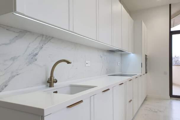 Фото белой кухни с мраморным фартуком