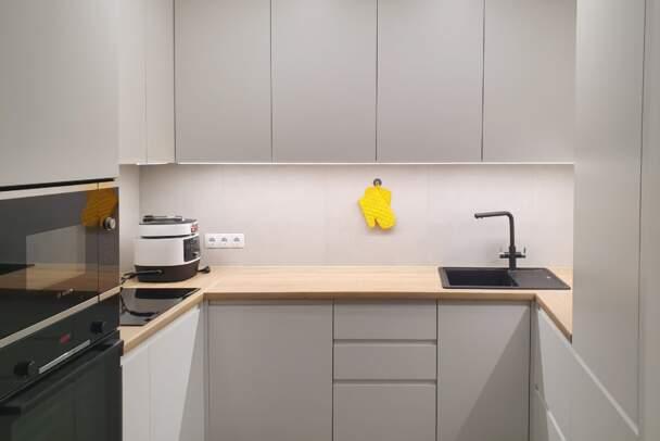 Фото п-образной белой кухни