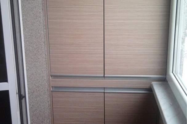 Балкон с гладким шкафом