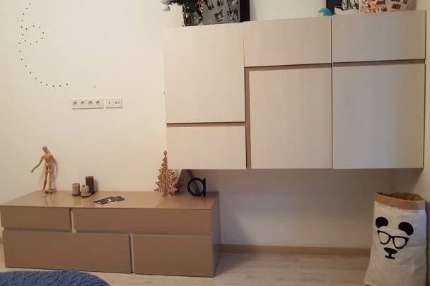 Мебельная горка с навесными шкафами