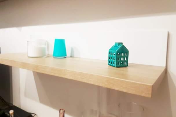 Стовщена декорована полиця для вітальні