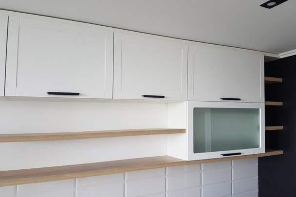 Біла кухня з фрезеруванням