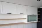Прямые кухни Белая кухня с фрезеровкой - Фото № 1