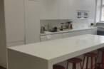 Островные кухни Белая островная кухня - Фото № 4