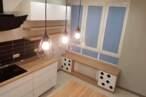 Острівні кухні Острівна кухня з чорною плиткою - Фото № 2