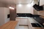 Острівні кухні Острівна кухня з чорною плиткою - Фото № 1