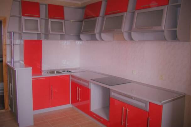 Кухня зі скошеними фасадами