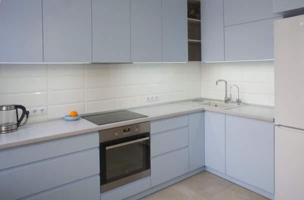 Фото светло-голубой кухни