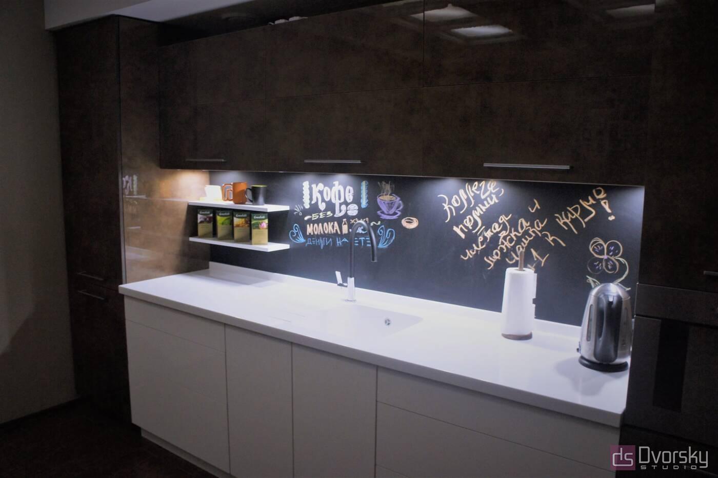 Прямі кухні Кухня з графітової панеллю - Фото № 2
