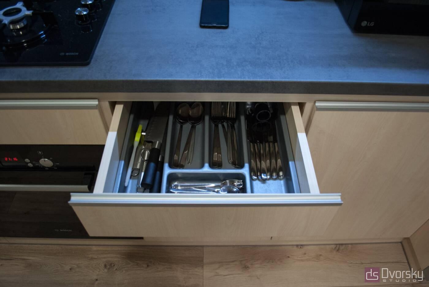 Прямі кухні Кухня з фарбованим фартухом - Фото № 3