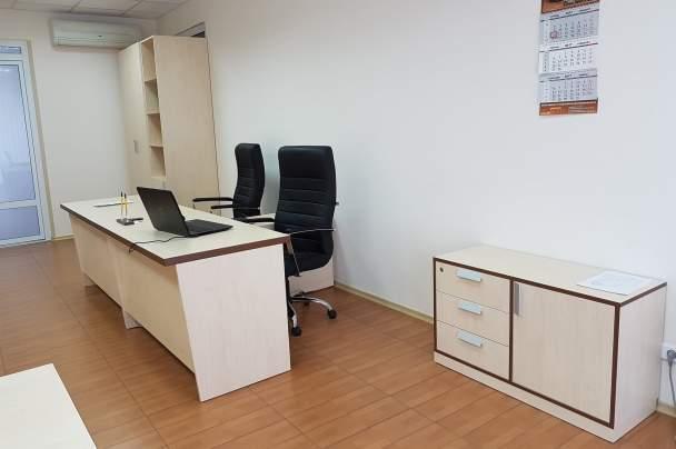 Светлые офисные столы