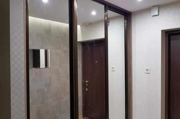 Прихожая с зеркальным шкафом