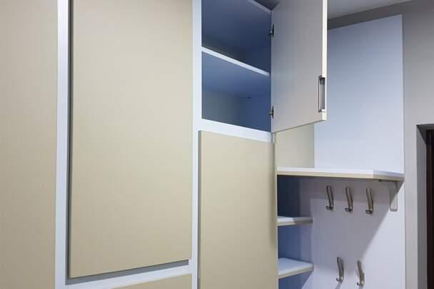 Шкаф распашной со скрытыми ручками