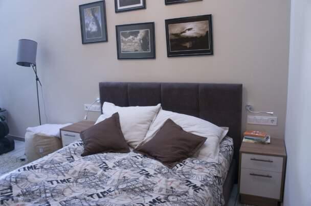 Спальня з вузьким ліжком