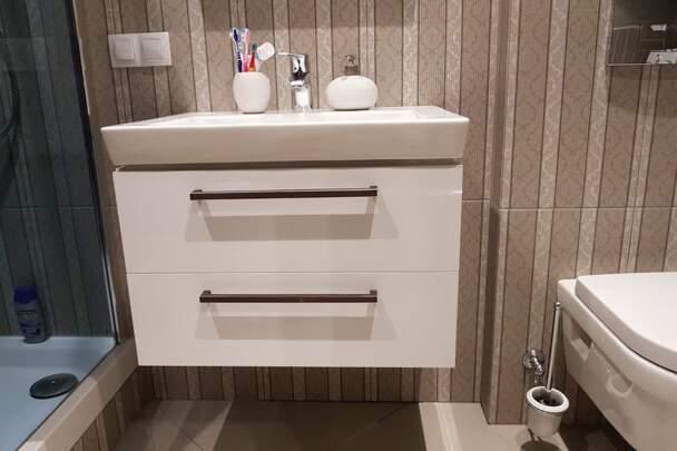 Тумба с белыми фасадами для ванной